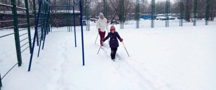 Успейте поставить детей на лыжи!
