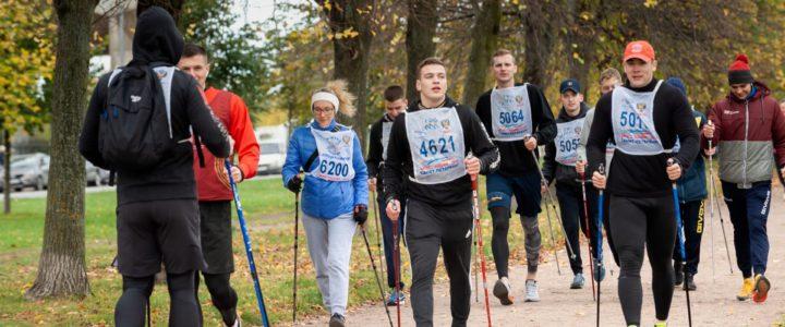 В субботу на Новосмолеенской набережной прошли соревнования по бегу и скандинавской ходьбе «Осенний недомарафон».🏆